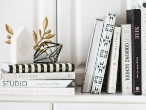 Bielo čierne knihy so zlatými doplnkami v knižnici